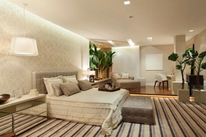 decoracao-de-quarto-de-casal-iluminacao-indireta-detalhe-de-gesso-papel-de-parede-tons-neutros-tapete-listrado-composicao-de-papeis-de-parede (1)